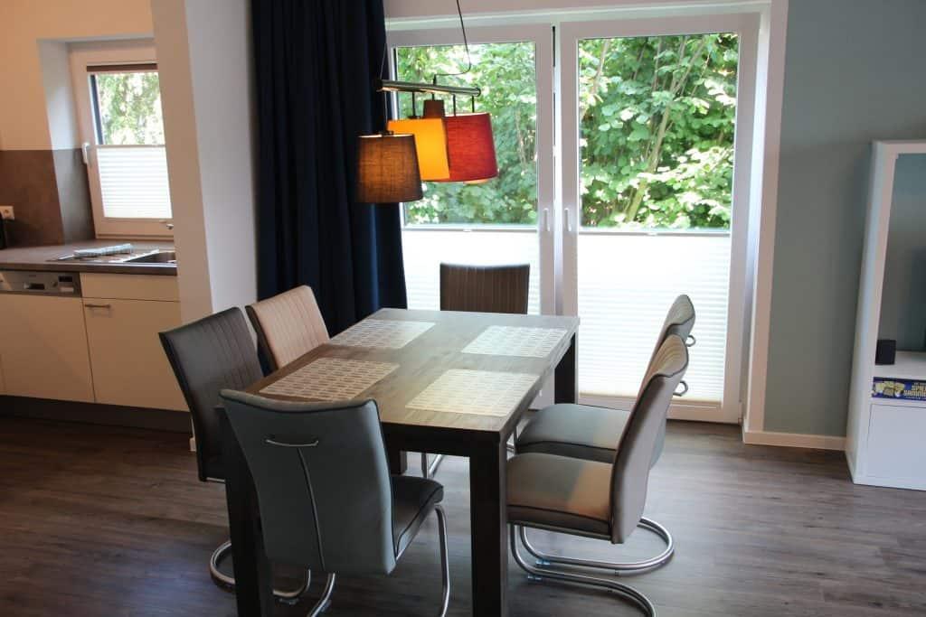 Esstisch mit sechs Stühlen