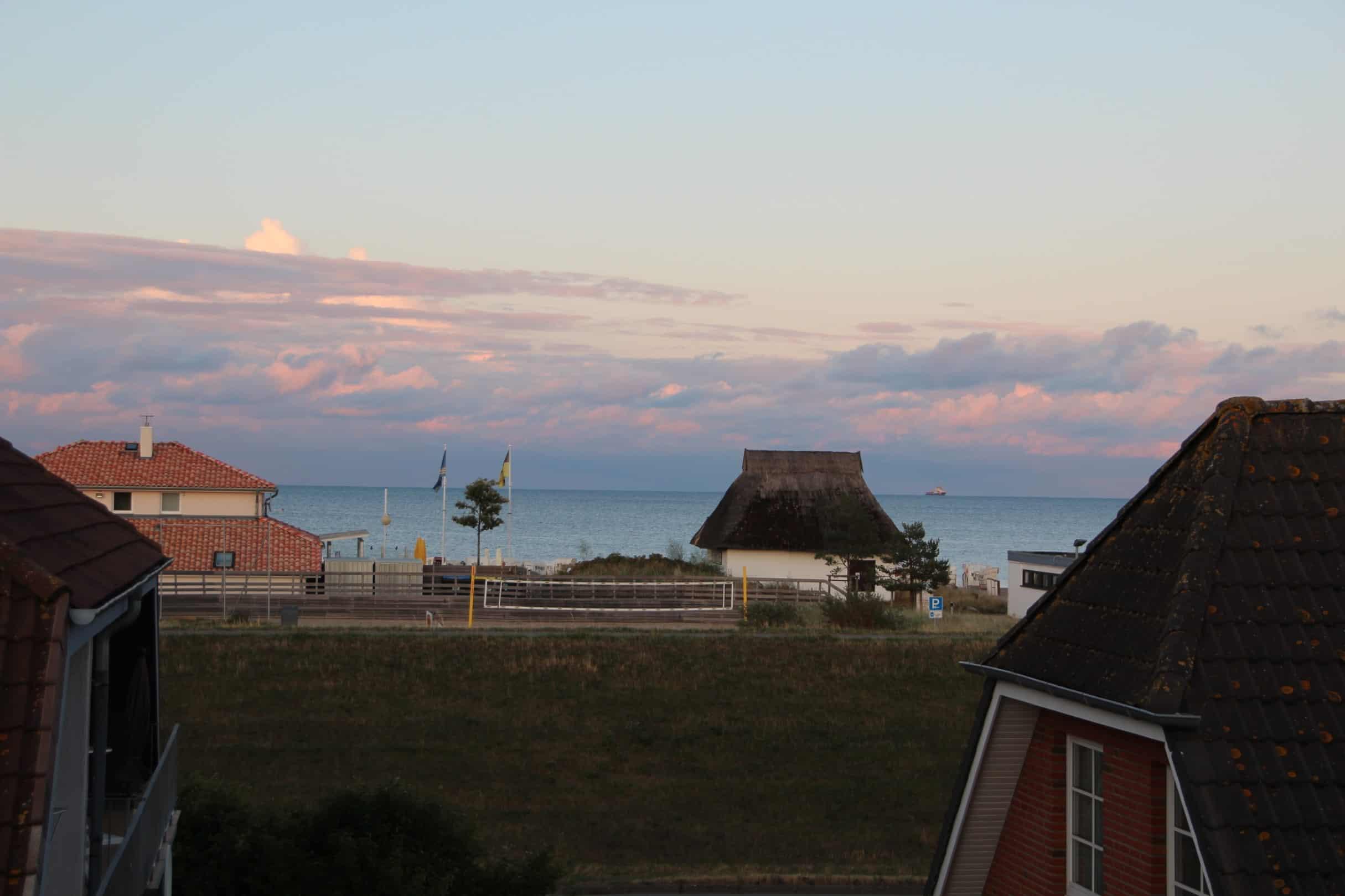 Meerblick mit Reetdachhaus